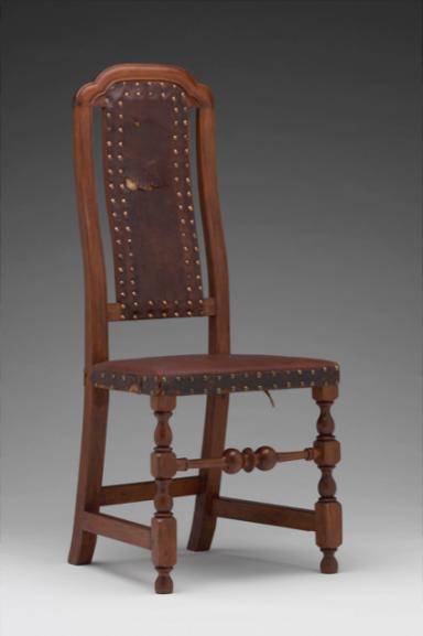 Chaise, Boston, vers 1720-1740, érable, chêne rouge d'Amérique, cuir Yale University Art Gallery, Mabel Brady Garvan Collection (1930.2658) L'on pourrait substituer cette chaise « anglaise » aux sièges inventoriés à Louisbourg chez le notaire Desmarest en 1741 et le gouverneur Duquesnel en 1744.